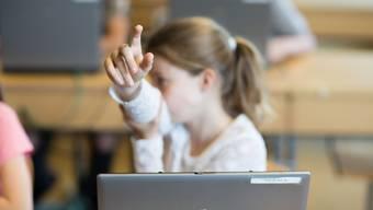 Arbeiten mit Laptop und Tablet: bald Standard an allen kantonalen Primarschulen.