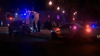 In der Halloweennacht griff ein Mann in der kanadischen Stadt Québec mehrere Menschen mit einem Schwert an. Der Angreifer tötete zwei Menschen und verletzte fünf weitere. Er soll ein mittelalterliches Kostüm getragen haben.