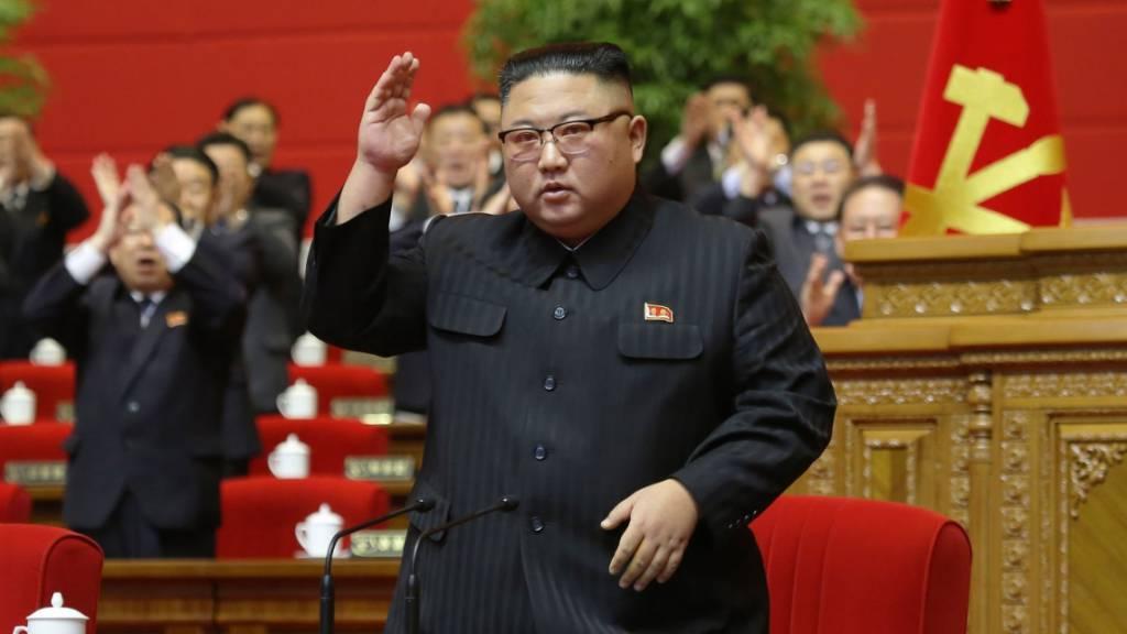 HANDOUT - Dieses von der staatlichen nordkoreanischen Nachrichtenagentur KCNA am 13.01.2021 zur Verfügung gestellte Foto zeigt Kim Jong Un, Machthaber von Nordkorea, auf dem Kongress der Partei der Arbeit Koreas. Foto: -/KCNA/dpa - ACHTUNG: Nur zur redaktionellen Verwendung im Zusammenhang mit der aktuellen Berichterstattung und nur mit vollständiger Nennung des vorstehenden Credits