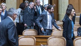 Auf die Plätze: Die neuen Ratsmitglieder erstmals auf dem Weg zu ihren Stühlen im Nationalratssaal.