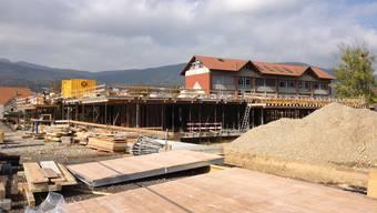 Bild vor Ort: Der Kappeler Schulhauserweiterungsbau nimmt Formen an.