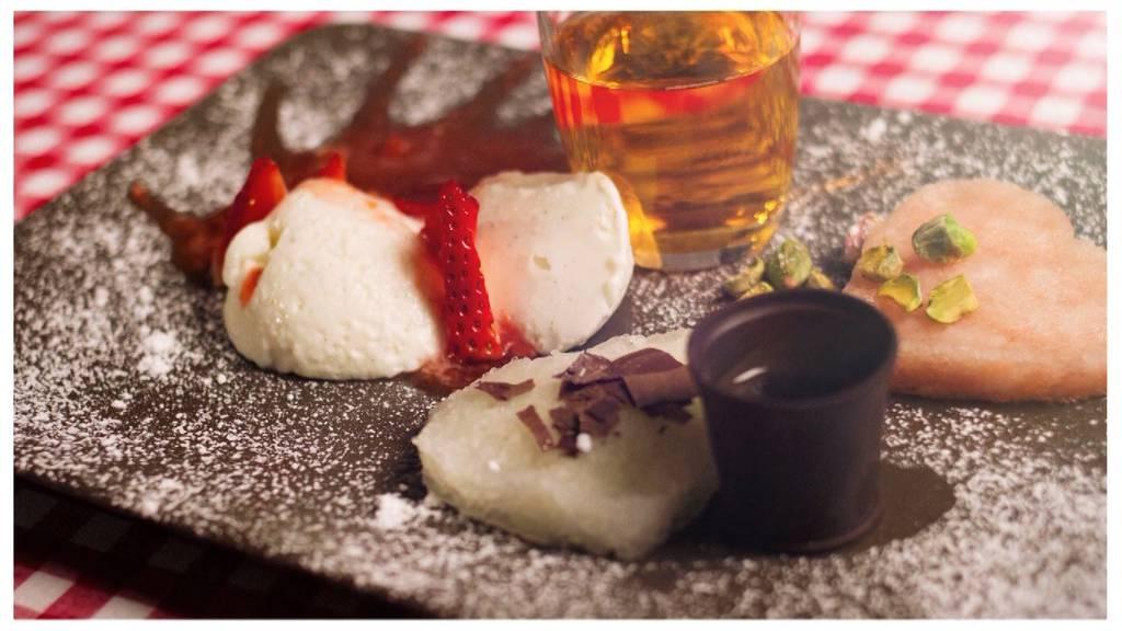 Grapefruitsorbet mit Pistazien, Vanillemousse mit Erdbeersauce, Zitronensorbet mit Schokolade