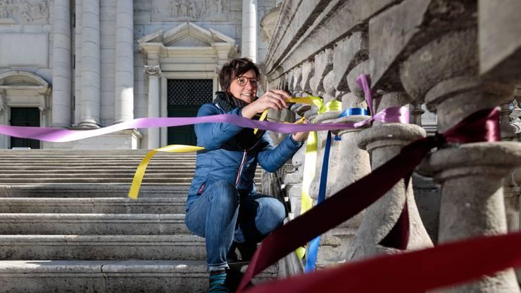 Carole Imboden bringt jeden Tag ein neues farbiges Band am St.-Ursen-Treppengeländer an.