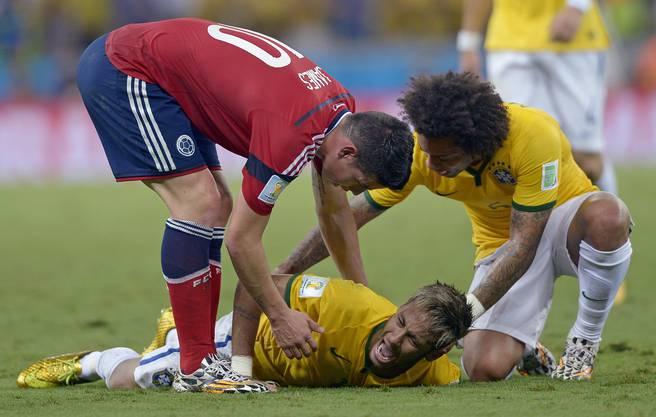 James Rodriguez und Marcelo wollen ihm helfen, doch der Superstar hat zu starke Schmerzen