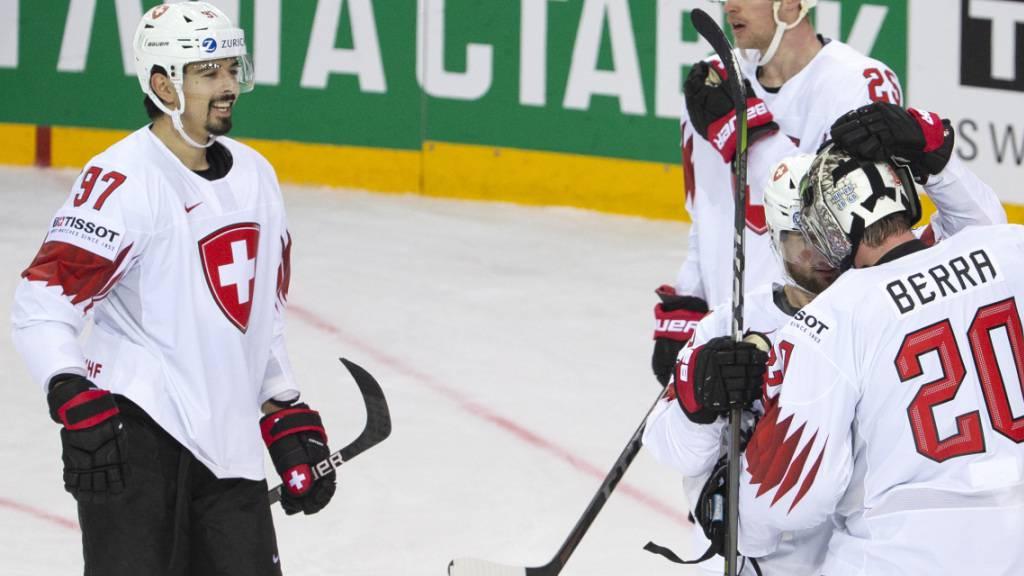 Jonas Siegenthaler (links) freut sich über den zweiten Schweizer Sieg an dieser WM