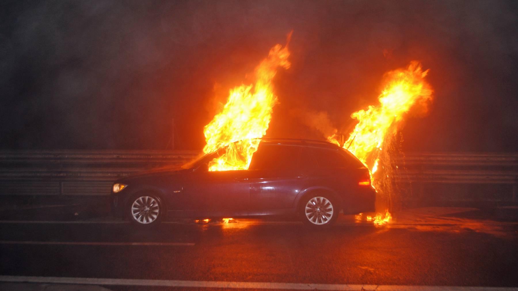 Auto fängt aus ungeklärten Gründen Feuer