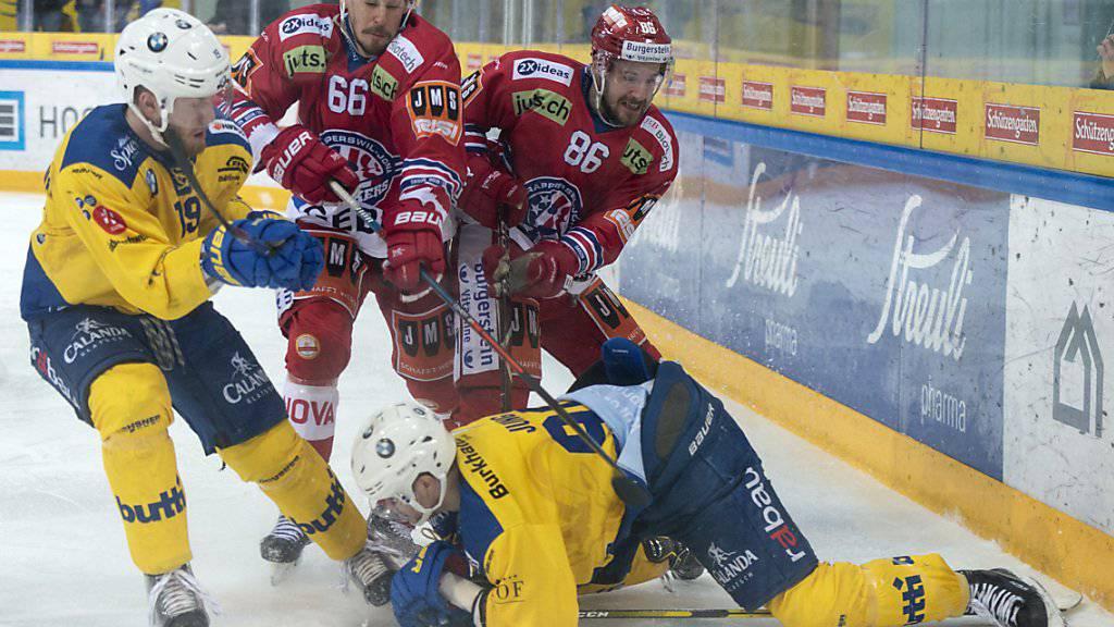 Kampf pur: Der HC Davos und die Rapperswil-Jona Lakers wollen beide den Gang in die Ligaqualifikation vermeiden
