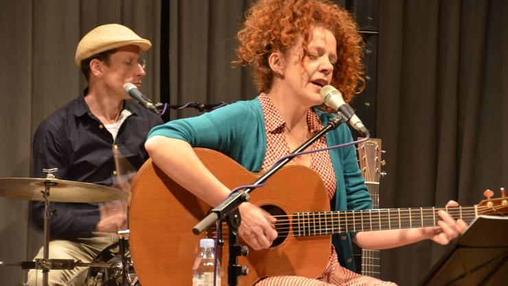 Shirley Grimes und der Schlagzeuger Samuel Baur im vollen Element.JPG