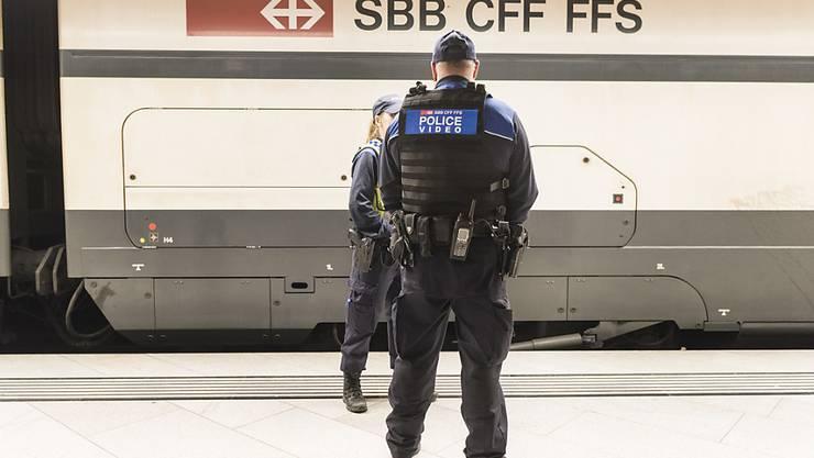 Die SBB haben sich von einem Transportpolizisten getrennt, der offenbar durch rassistische Facebook-Posts aufgefallen war. (Archivbild)