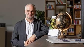 Dominic Eckert in seinem Reisebüro in Baden: «Entscheidend für uns wird der Erfolg der Impfung sein.»
