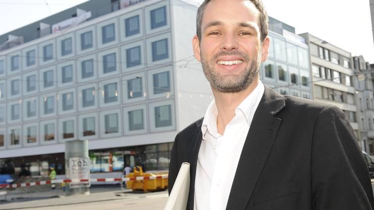Neubau im Gundeli: Der Basler Architekt Ariel Dunkel vor dem Hotel Ibis an der Güterstrasse/Margarethenstrasse.