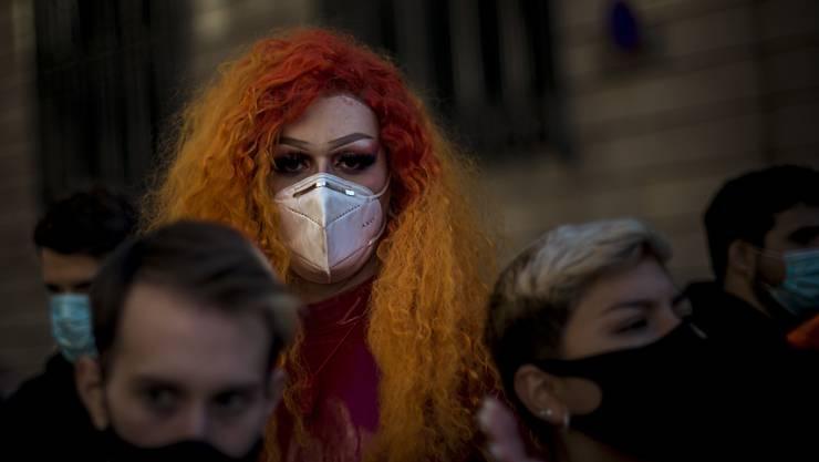 Mitarbeiter im Gastgewerbe nehmen in Barcelona an einem Protest teil, der sich gegen verschärfte Maßnahmen zur Eindämmung der Corona-Pandemie durch die katalanische Regierung richtet. Es sind Schließungen im Gastgewerbe, sowie Einschränkungen sozialer Kontakte von bis zu zwei Wochen vorgesehen. Foto: Matthias Oesterle/ZUMA Wire/dpa