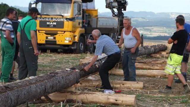Impressionen vom Aufbau der Riesen-Finnenfackel in Kallern
