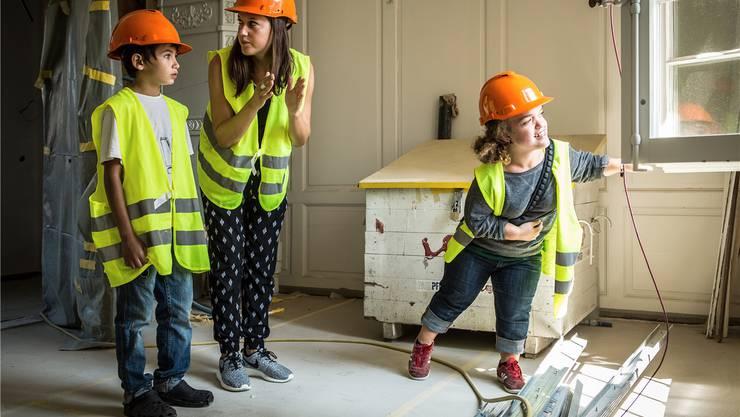 Auf der Baustelle des neuen Stadtmuseums Aarau geben die Kinder Anregungen. Diese gehen Ende Woche an die Grafiker. Im Bild: Oriol Alvarez (Drittklässler) mit den Workshopmitarbeiterinnen Julia Hefti und Lilarosa Hadorn. Chris Iseli