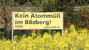 Die gelben Kaib-Blachen sind über den ganzen Bözberg verteilt und wie hier – von der Passstrasse her – kaum zu übersehen.