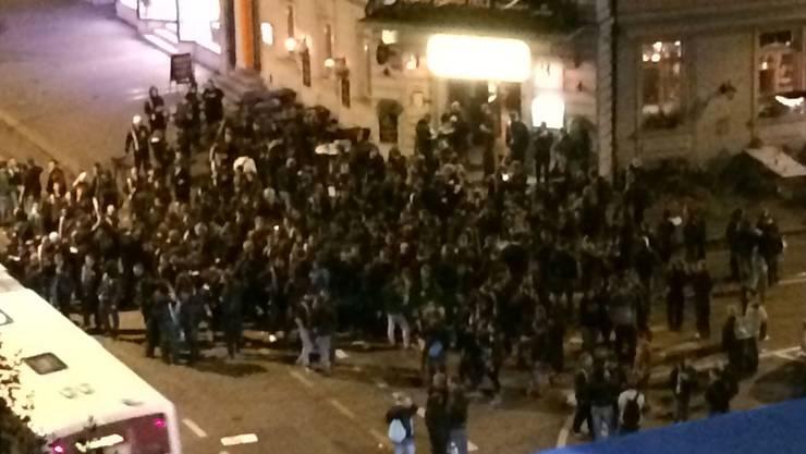 300 Leute rotteten sich vor dem «Penny Farthing» zusammen.Andi Fey/Archiv
