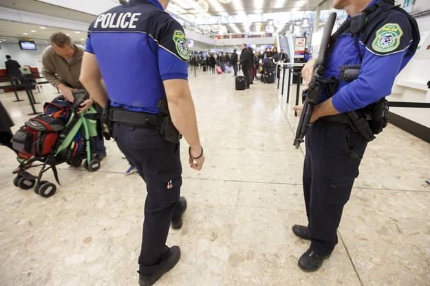 Eine Polizeipatrouille am Flughafen.