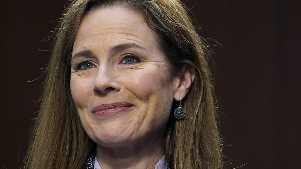 Amy Coney Barrett, Kandidatin für das Richteramt am Obersten Gericht der USA, lächelt. Foto: Drew Angerer/Pool Getty Images North America/AP/dpa
