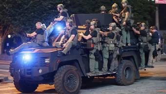 Vielen Bürgern ist die zunehmende Militarisierung der Polizei in den USA schon lange ein Dorn im Auge.