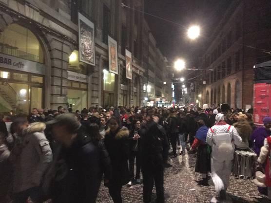 Feiernden Menschen verlagerte sich eher vor die Mitte und die Hauptpost.