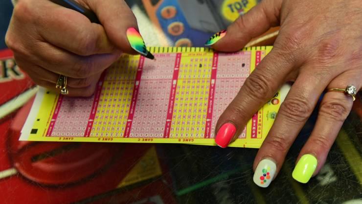 Eine hoffnungsvolle Spielerin füllt einen Powerball-Spielschein aus.