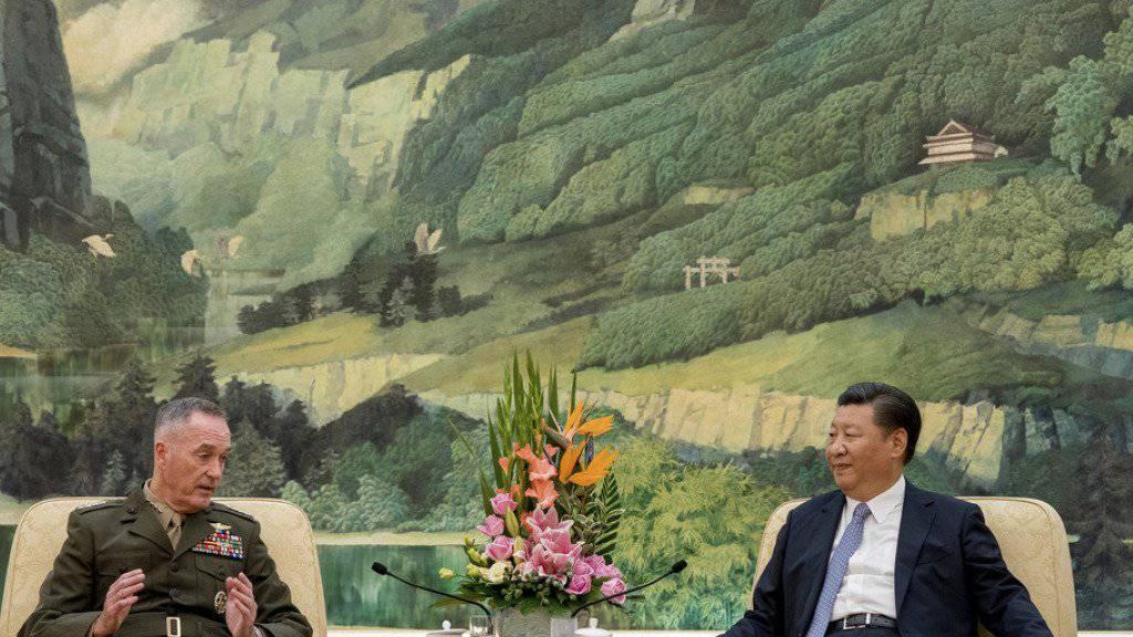 US-Generalstabschef Joseph Dunford (l.) und Chinas Präsident Xi Jinping am Donnerstag in Peking.