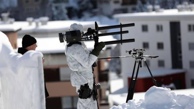 Anti-Drohnen-Einsatz am WEF: Mit einem «Jammer» üben Polizisten in Davos die Drohnenabwehr.  Foto: Bloomberg via Getty Images/Simon Dawson