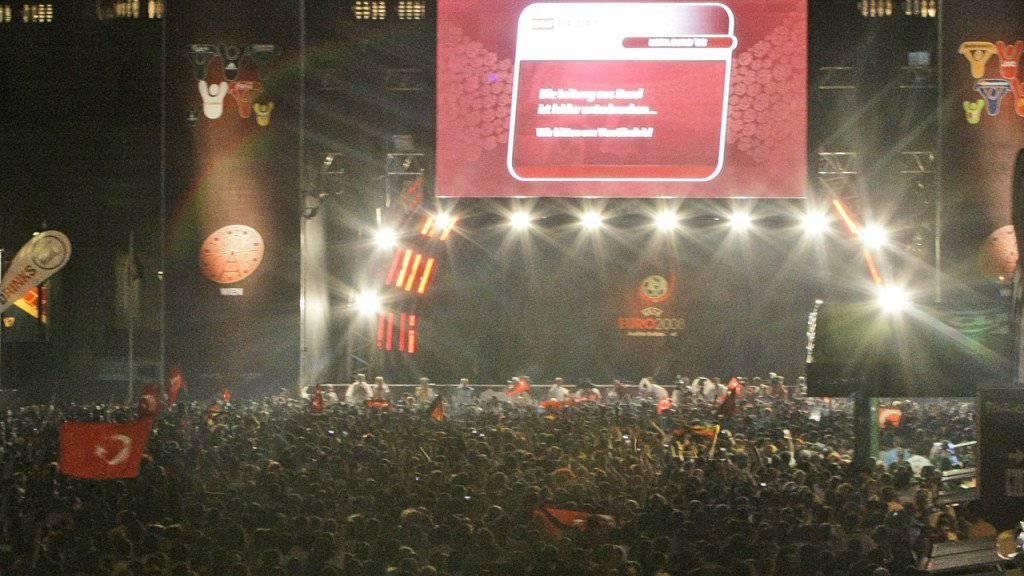 Wie Millionen von TV-Zuschauern daheim ohne Livebild des EM-Halbfinals Deutschland - Türkei von 2008: die Fanzone in Wien