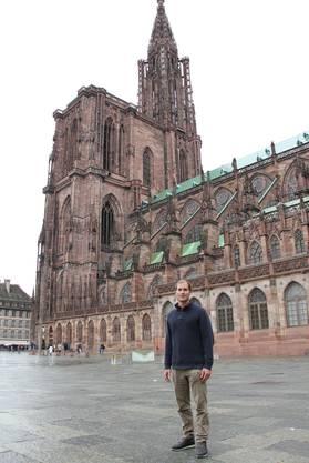 Patrick Romann posiert auf der «Place du Château» vor dem Münster.