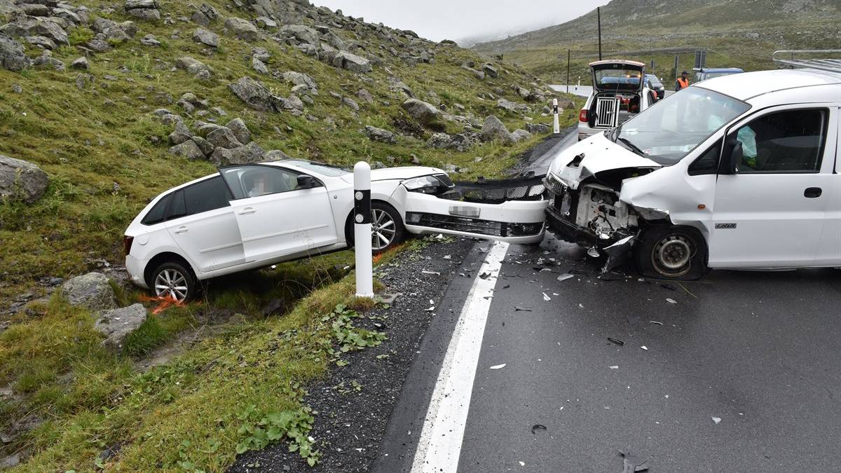 Kollision am Flüelapass: Beide Fahrzeuge erlitten Totalschaden.