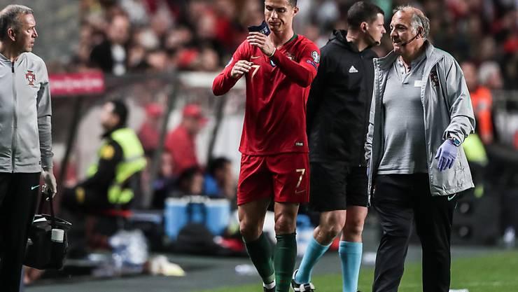 Portugals Cristiano Ronaldo muss sich nach einer halben Stunde verletzt auswechseln lassen
