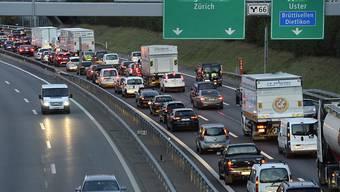 Mit dem neuen Nationalstrassen- und Agglomerationsverkehrs-Fonds (NAF) sollen auch die Staustunden reduziert werden. (Symbolbild)