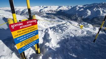 Warnhinweis oberhalb der Abrisskante der Lawine in St. Moritz