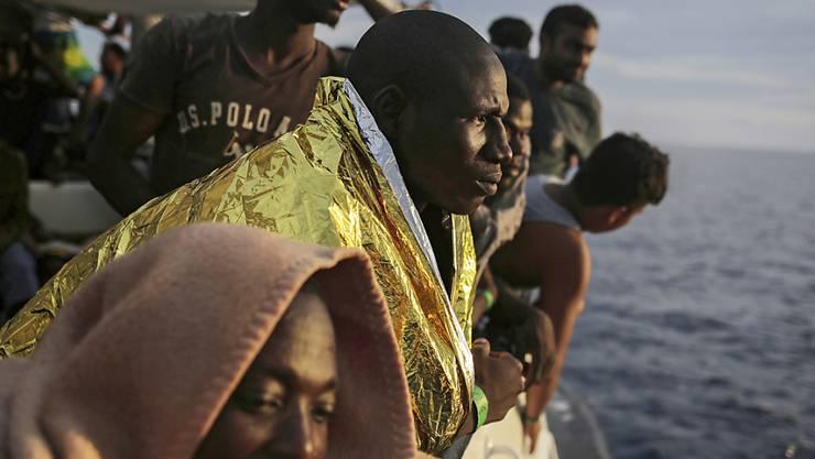 Bei elf Rettungsaktionen werden am Dienstag rund 1400 Boots-Flüchtlinge aus dem Mittelmeer gerettet. (Symbolbild)