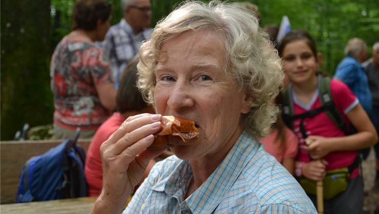 In der Regel mache sie ihre Sandwiches vor einer Wanderung selbst, sagte Heidi Neeser, die zu den Stammwanderern zählt. «Aber heute sah ich im Laden dieses Salamisandwich – und dann hatte ich gleich Lust darauf.» Weiter in ihrem Rucksack: ein Biberli, Tomaten und ein Apfel.