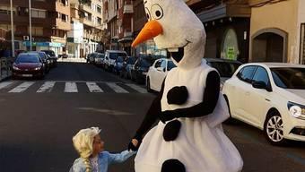 Vater und Tochter verkleiden sich jeden Tag und bringen gemeinsam den Müll weg. Olaf und Elsa aus dem Disneyfilm Frozen sind ihre Lieblingskostüme.