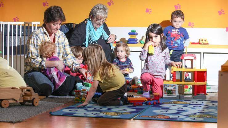 Die Betreuerinnen Brigitte Mätzler (links) und Bernadette Bauer beim Spielen mit den Kleinen. Die «Grossen» sind im Kindergarten oder in der Schule.