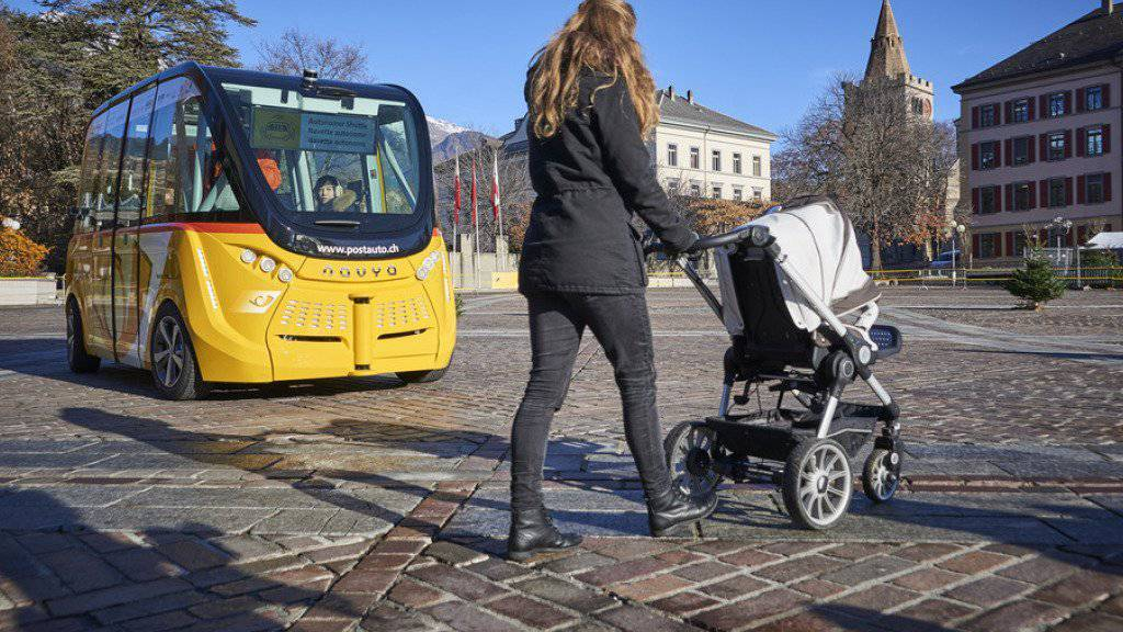 Vorsicht Hindernis: Das autonome Fahrzeug ohne Chauffeur bremst automatisch ab.