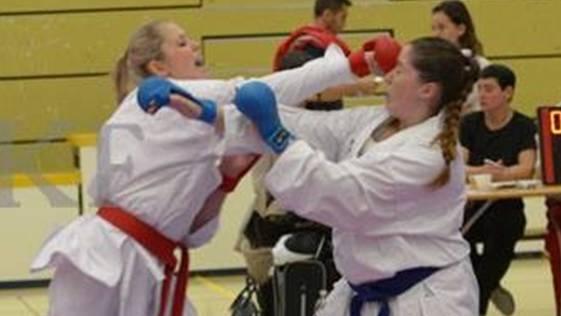 Ramona Brüderlin (links) gehört zu den Allerbesten in der Schweizer Karateszene.