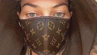 Das Model Jessica Hart trägt eine Maske von Louis Vuitton.