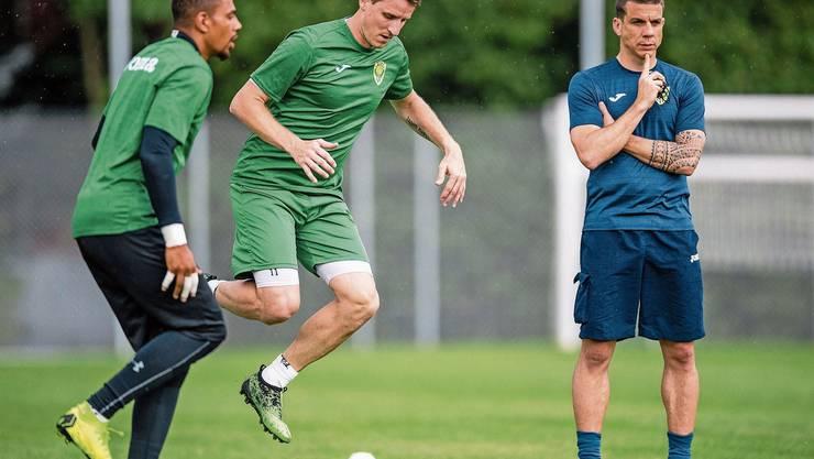 Kriens-Trainer Bruno Berner (rechts) hat vorläufig keine Ferien (links Goalie Osigwe, Mitte Stürmer Tadic).Bild: Philipp Schmidli (Kriens, 18. Juni 2019)