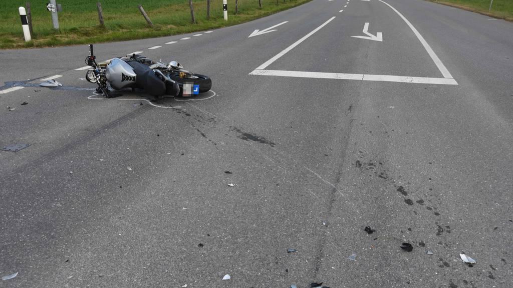 Von Autofahrer übersehen: Töfffahrer schwerst verletzt