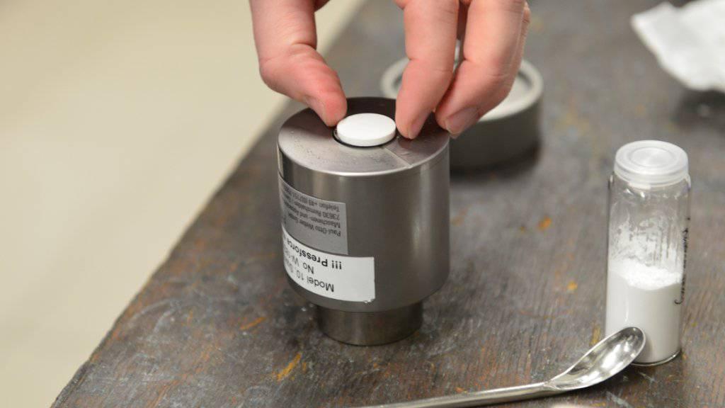 Mit etwas Wasser und hohem Druck erzeugen ETH-Forscher aus Nanopulver kleine Keramikplättchen.