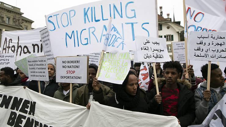 Hunderte Migrantinnen und Migranten protestierten am Samstag auf dem Berner Bundesplatz gegen Ausschaffungen.