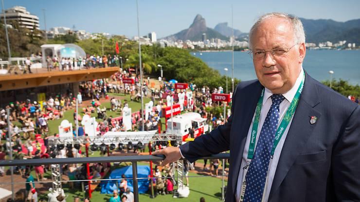 Bundesrat Johann Schneider-Ammann besucht wie über 500'000 weitere Personen das House of Switzerland in Rio de Janeiro.