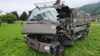 Der 20-jährige Fahrer des Militärfahrzeuges musste mit schweren Verletzungen ins Spital geflogen werden.