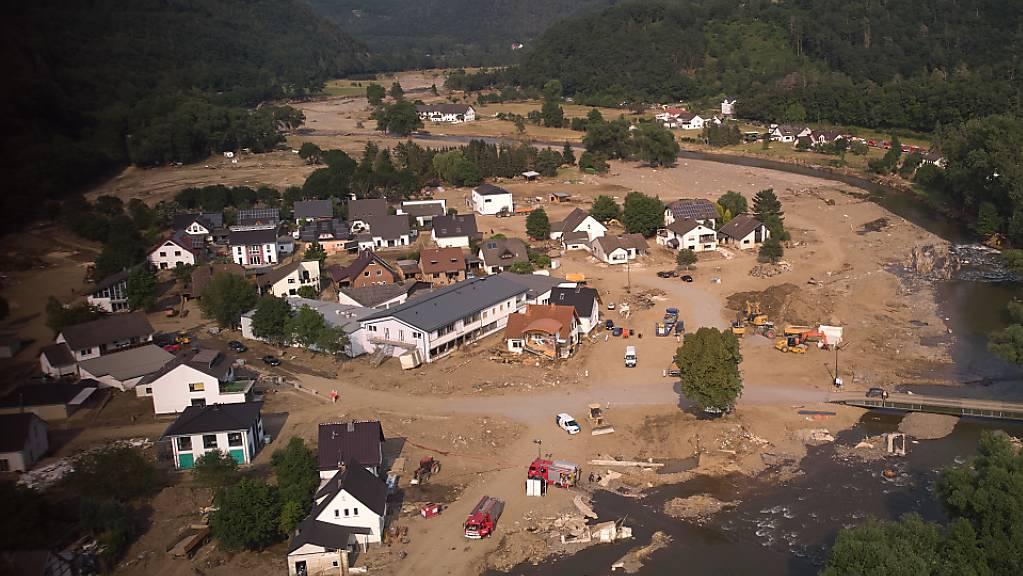 Aufräumungsarbeiten nach den jüngsten Überschwemmungen in Deutschland: Extremereignisse wie Starkniederschläge, Hitzewellen und Dürren werden dem IPCC zufolge in Zukunft häufiger und heftiger werden. (Archivbild)
