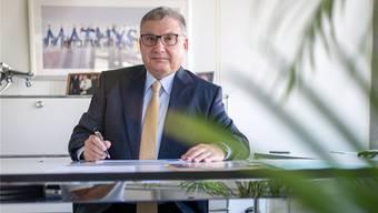 Hugo Mathys in seinem Büro in der Mathys AG, deren CEO er ist.