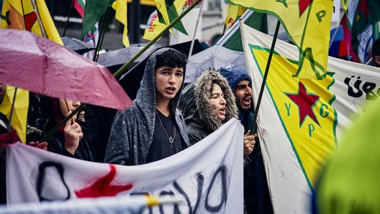 Wehren sich für ihre Volksgenossen: Kurden in der Schweiz an einer Demonstration.