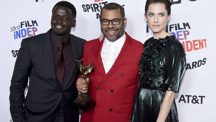 """Holte am Tag vor der Oscar-Verleihung wichtige Indie-Filmpreise: Jordan Peele (Mitte), Macher des sozialkritischen Gruselstreifens """"Get Out""""."""